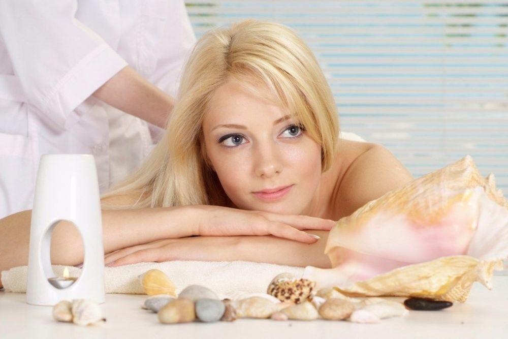 Αισθητικός παρέχει υπηρεσίες αισθητικής και ομορφιάς