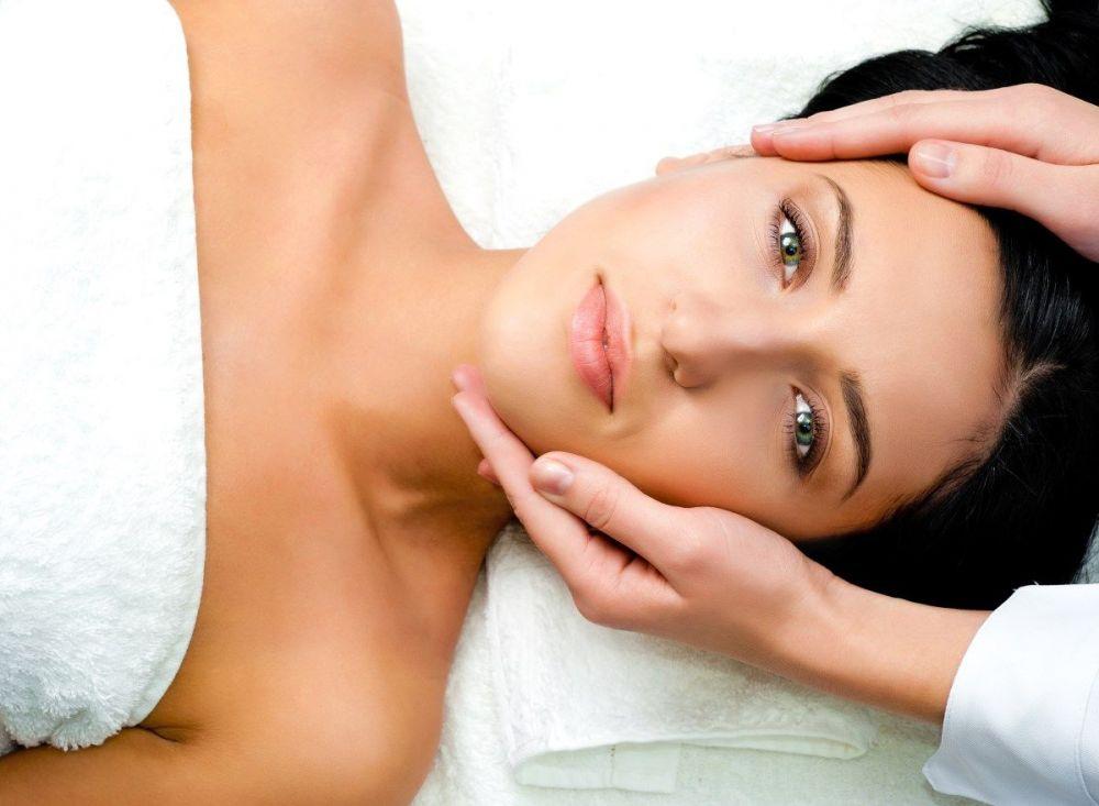 Γυναικείο μασάζ χαλαρωτικό για θεραπεία προσώπου