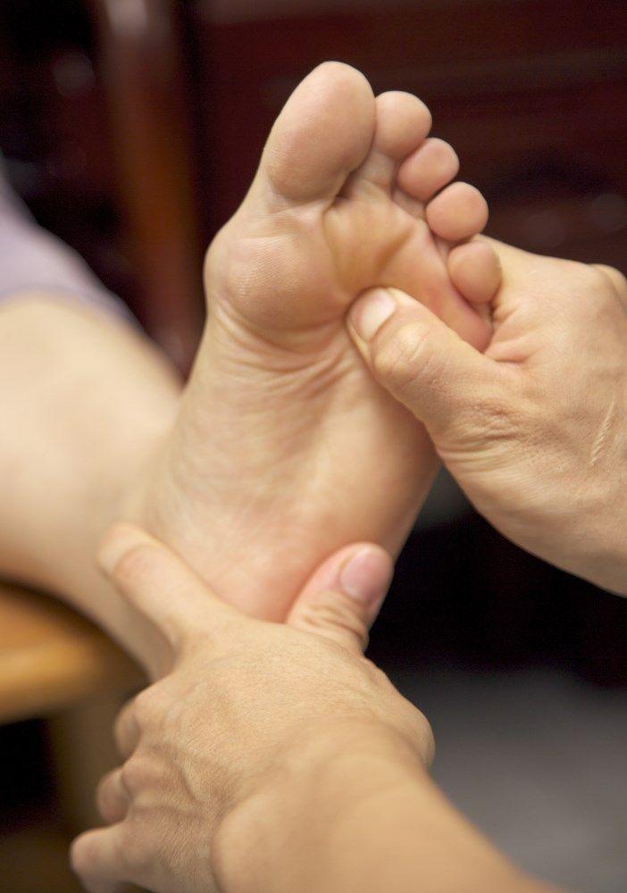 Μασάζ στα πόδια και πέλματα από ρεφλεξολόγο